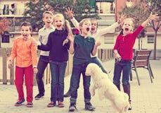 Enfants heureux ayant l'amusement et sautant  Images libres de droits