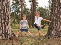 Enfants heureux ayant l'amusement extérieur Bon effet d'émotions photo libre de droits