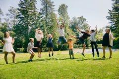 Enfants heureux ayant l'amusement pendant des vacances d'été Images libres de droits