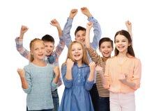 Enfants heureux célébrant la victoire Photographie stock libre de droits