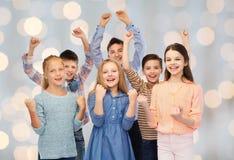 Enfants heureux célébrant la victoire Photos stock