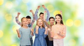 Enfants heureux célébrant la victoire Images stock