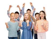 Enfants heureux célébrant la victoire Images libres de droits