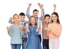 Enfants heureux célébrant la victoire Photo stock