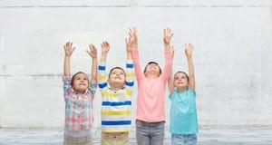 Enfants heureux célébrant la victoire sur la rue Images libres de droits