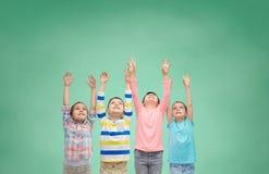 Enfants heureux célébrant la victoire sur le vert Image libre de droits