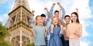 Enfants heureux célébrant la victoire sur Tour Eiffel Photographie stock