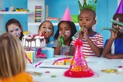 Enfants heureux célébrant un anniversaire Image stock