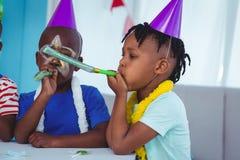 Enfants heureux célébrant un anniversaire Photographie stock