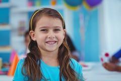 Enfants heureux célébrant un anniversaire Images stock