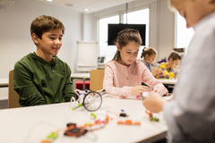 Enfants heureux construisant des robots à l'école de robotique Photos libres de droits