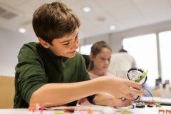 Enfants heureux construisant le robot à l'école de robotique Photo libre de droits