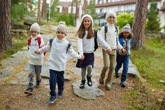 Enfants heureux courant après école Photo stock