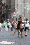 Enfants heureux courant vers une bulle de savon Photographie stock