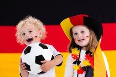 Enfants heureux, défenseurs allemands du football Photos stock