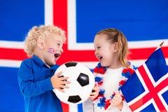 Enfants heureux, défenseurs du football de l'Islande Image stock