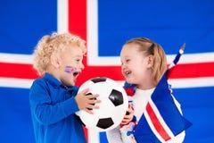 Enfants heureux, défenseurs du football de l'Islande Photo stock