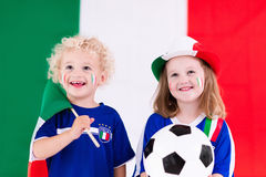 Enfants heureux, défenseurs du football de l'Italie photos stock