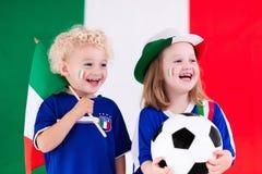 Enfants heureux, défenseurs du football de l'Italie Photo stock