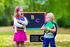 Enfants heureux d'être de nouveau à l'école Images libres de droits