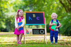 Enfants heureux d'être de nouveau à l'école Photographie stock