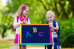 Enfants heureux d'être de nouveau à l'école Photos stock