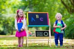 Enfants heureux d'être de nouveau à l'école Photo stock
