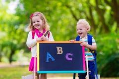 Enfants heureux d'être de nouveau à l'école Image stock