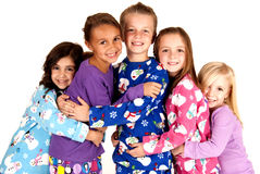 Enfants heureux dans des pyjamas d'hiver s'étreignant Photos libres de droits