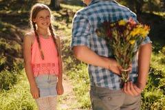 Enfants heureux dans l'amour se tenant en parc photographie stock libre de droits