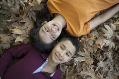 Enfants heureux dans la forêt Photographie stock