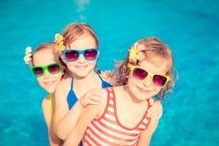 Enfants heureux dans la piscine Photos libres de droits