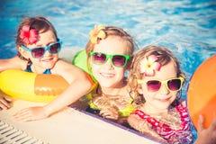 Enfants heureux dans la piscine Images stock