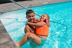 Enfants heureux dans la piscine photographie stock