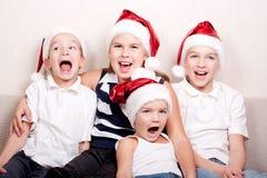 Enfants heureux dans le chapeau de Santa Photographie stock