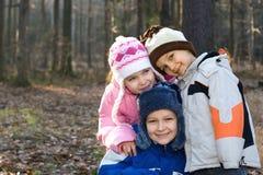 Enfants heureux dans une forêt Photo stock