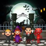 Enfants heureux de bande dessinée avec le costume de Halloween illustration libre de droits