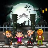 Enfants heureux de bande dessinée avec le costume de Halloween illustration stock