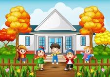 Enfants heureux de bande dessinée dans la maison avant avec l'automne d'arbre illustration stock