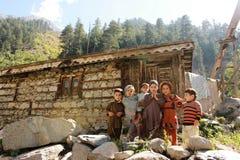 Enfants heureux de beau village en vallée de coup Photographie stock