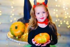 Enfants heureux de deamon pendant la partie de Halloween Image stock