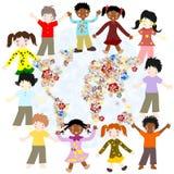 Enfants heureux de différentes courses autour de la carte de floraison du monde Photos libres de droits