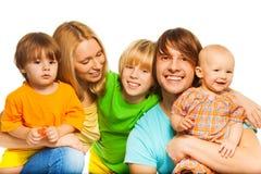 Enfants heureux de parents heureux Photographie stock libre de droits