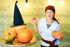 Enfants heureux de pirate pendant la partie de Halloween Photographie stock libre de droits