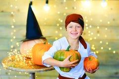 Enfants heureux de pirate pendant la partie de Halloween Images stock