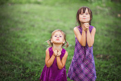 Enfants heureux dehors Photographie stock libre de droits