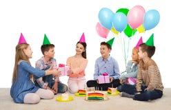 Enfants heureux donnant des présents à la fête d'anniversaire Images libres de droits