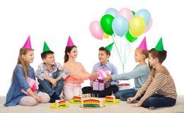 Enfants heureux donnant des présents à la fête d'anniversaire Photos libres de droits