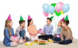Enfants heureux donnant des présents à la fête d'anniversaire Images stock