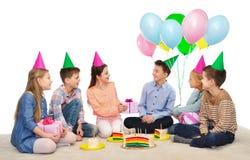 Enfants heureux donnant des présents à la fête d'anniversaire Photo stock